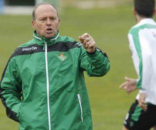 Pepe Mel da instrucciones a sus jugadores durante un entrenamiento reciente.