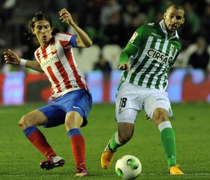 Molins disputa el balón con Filipe Luis.