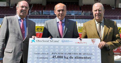 Del Nido, junto a Juan Reguera y Juan Pedro Álvarez, presidente el Banco de Alimentos de Sevilla.
