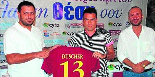 Imagen de la presentación de Duscher por el Enosis Neon chipriota, club en el que ha colgado las botas.