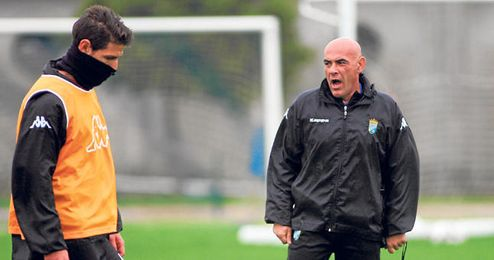 Carlos Ríos, observa seriamente a sus jugadores durante un entrenamiento.