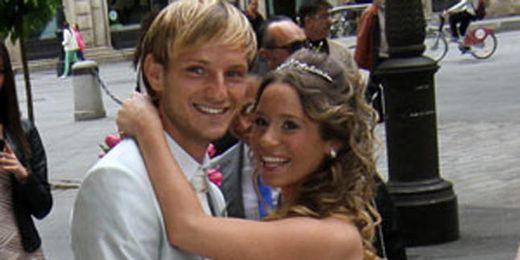 Rakitic y su mujer, Raquel, tras contraer matrimonio esta tarde en el Ayuntamiento.