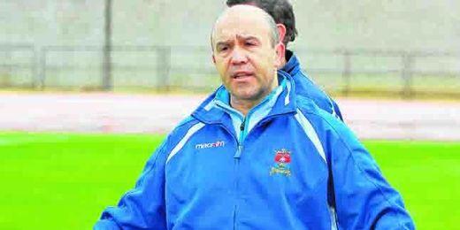 El entrenador del San José dando instrucciones a sus jugadores durante un entrenamiento.