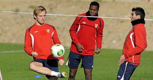 Rakitic y Reyes junto a Kondogbia en un entrenamiento.