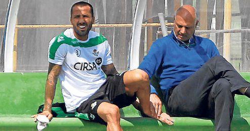 El doctor Tomás Calero revisa el empeine izquierdo de Mario, único central sano (junto a Amaya) para el domingo.