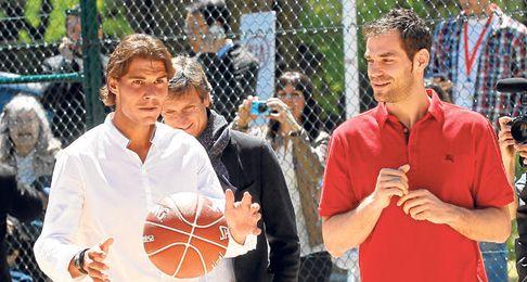 Rafa Nadal y José Manuel Calderón compartieron unos momentos de relax durante un acto promocional.