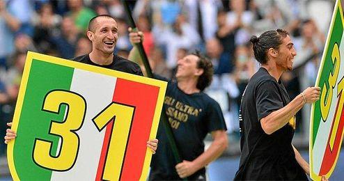La Juventus se proclamó esta tarde campeón de Liga, en la imagen, el exsevillista Martín Cáceres.