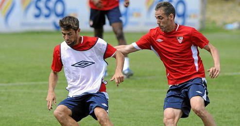 Coke y Fernando Navarro disputando un balón en el entrenamiento.