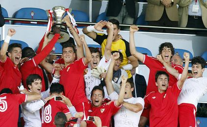 Los juveniles reciben el título conseguido ante el Celta de Vigo.
