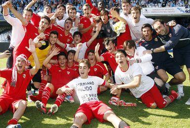 Los juveniles del Sevilla celebran su triunfo.