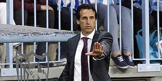 Emery da instrucciones a sus jugadores en el encuentro de La Rosaleda.