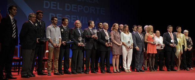 Foto de familia de los premiados en la Fiesta del Deporte de Sevilla.