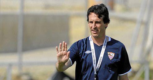 Unai Emery dirigiendo un entrenamiento del Sevilla.