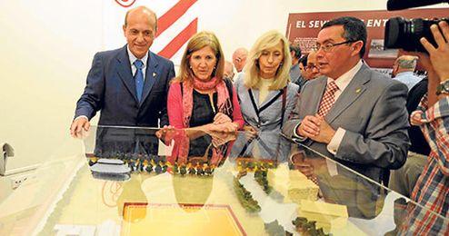 Del Nido contempla la maqueta del Campo del Mercantil.