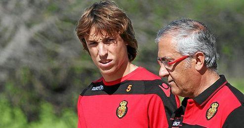 Tomás Pina conversa con su actual técnico, Gregorio Manzano, durante un entrenamiento del Mallorca.