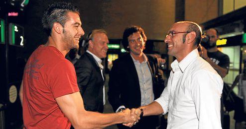 Monchi recibe a Álvaro Negredo en el aeropuerto de San Pablo el día en que firmó por el Sevilla.
