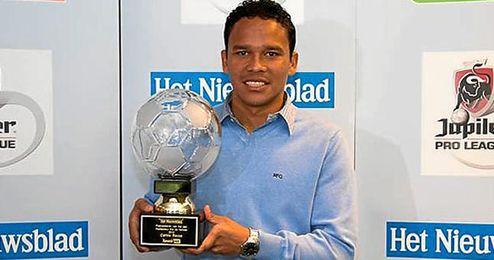 Bacca posando con el trofeo a mejor jugador de la liga.