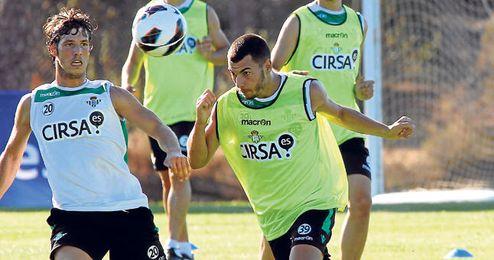 Sergio Rodríguez se lleva el balón de cabeza ante Rubén Pérez durante un entrenamiento de la primera plantilla.
