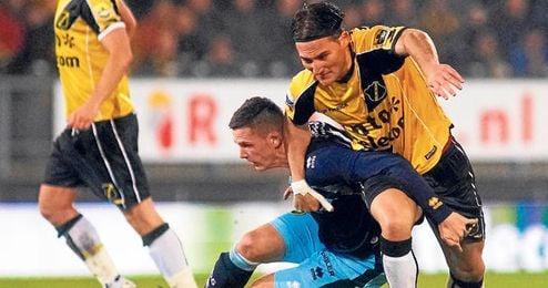 Nemanja Gudelj, durante un partido de la Eredivisie holandesa.