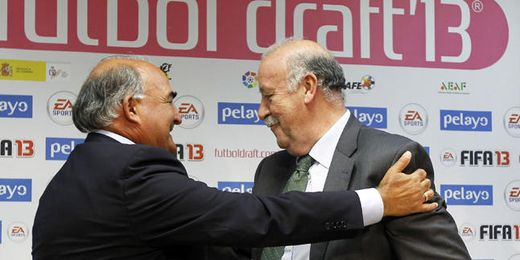 Vicente del Bosque saluda a Iñakiz Sáez durante el acto celebrado en el CSD.