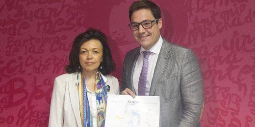 El delegado del Distrito Sur del Ayuntamiento de Sevilla, José Luis García, y la doctora Rosa Cabello Laureano durante la presentación.