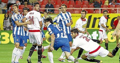 El defensa argentino Fazio se lesionó en el Sevilla-Espanyol.