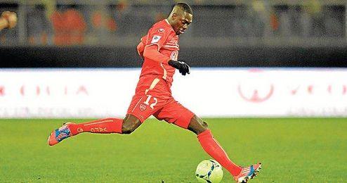 El centrocampista natural de Versailles realiza un despeje durante el encuentro que midió a su equipo con el Lyon.