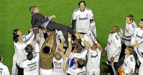 Los futbolistas mantean al míster luso tras vencer la Copa del Rey 2011.