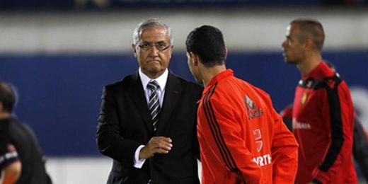 Manzano, en la banda, observa al cuarto árbitro del Mallorca-Betis.