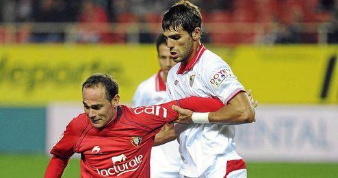 Fazio pelea un balón con Nino en el partido de ida en el Pizjuán.
