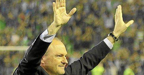 Mel saluda a la afición tras el final del partido.
