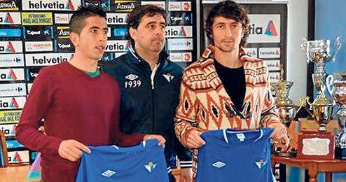 Juan Ramón, secretario técnico del Écija, posa con sus dos últimos fichajes: Blázquez y Tomillo.