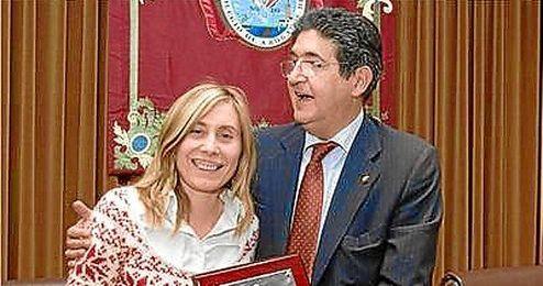 Amparo Díaz Ramos posa junto al decano del Colegio de Abogados de Sevilla, José Joaquín Gallardo.