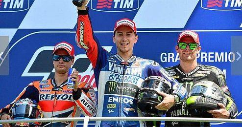 Jorge Lorenzo celebra su triunfo sobre Dani Pedrosa.