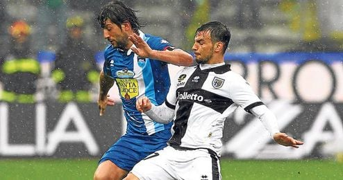 Ninis, de blanco y negro, trata de frenar el avance de Sculli, del Pescara.