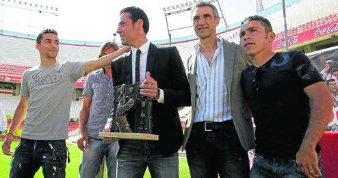 Jesús Navas saluda al homenajeado Palop en presencia de Javi Navarro, Antonio Álvarez y David Castedo.