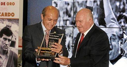 Manolo Cardo recibe el galardón de manos del presidente