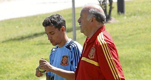 Navas conversa con Vicente del Bosque durante un entreno.