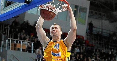 El pívot Paul Davis machaca el aro rival con la camiseta del Khimki ruso.