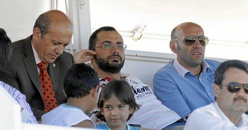 Víctor Orta flanqueado por Del Nido y Monchi durante un partido del filial.