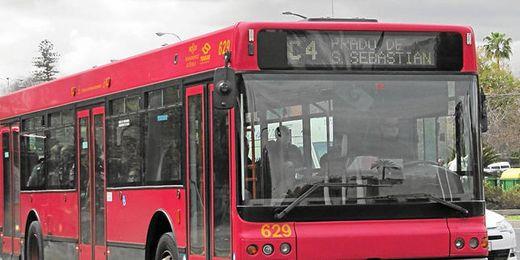 Muchos aficionados acuden a ver los partidos en transporte público.