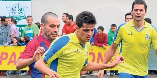 Israel, capitán y goleador coriano ante el Poblense, en un lance del encuentro de ida jugado el pasado sábado.