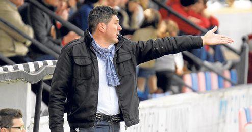 Alonso Ramírez corrige a sus jugadores en el encuentro ante el Antoniano.