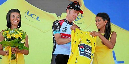 Bakelants se viste de amarillo en el podio de la segunda etapa.