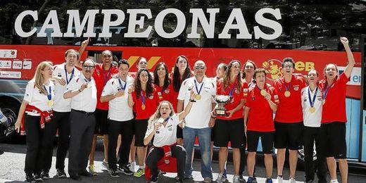 La selección española de baloncesto celebra el Europeo conseguido en Francia.