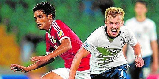 James Ward-Prowse (Inglaterra) pugna con el talentoso egipcio Saleh Gomaa, que está brillando en el sub 20.