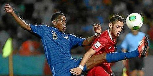Kondogbia pugna por el balón con un rival turco.