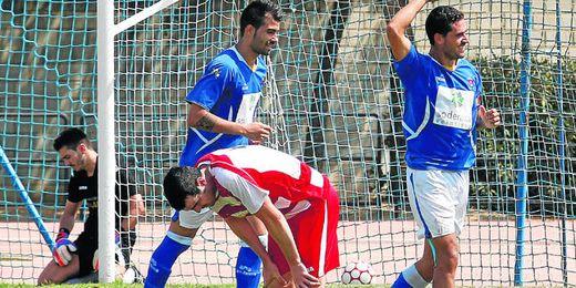 Álvaro Pérez (derecha) celebra un gol conseguido esta temporada con el San José; a su izquierda, Manu Cruzado.