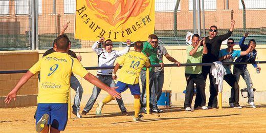 La comunión de los futbolistas rocieros con el público del Adame Bruña es total, como se puede ver en la imagen.