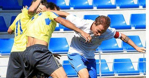 El capitán alcalareño Gonzalo durante un lance de un choque de Liga
